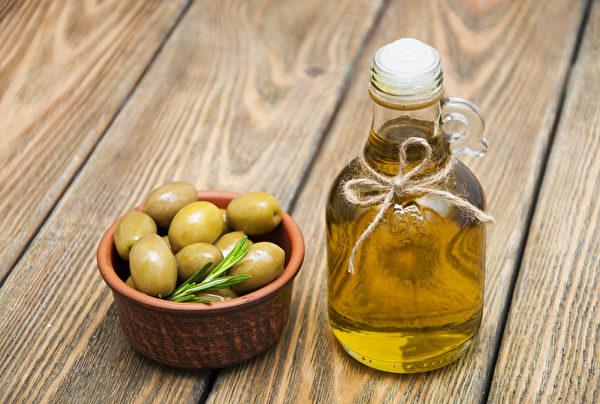挑选橄榄油时最好尝一尝。品尝时,喉咙有刺激感或是想咳嗽的感觉,表示你找到了一个正规的好油。(Shutterstock)