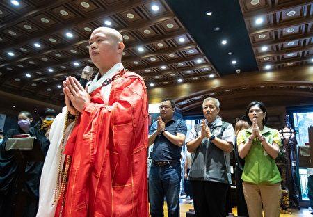 桃园市副市长高安邦与贵宾一同出席祈福法会。