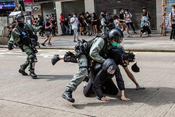 圖為對民眾施暴的港警。(ISAAC LAWRENCE/AFP via Getty Images)