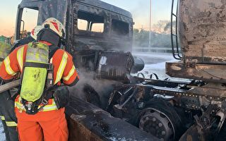 火烧车意外  轿车与化学槽车相撞烧成火球
