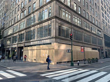 曼哈顿五大道的名店橱窗被钉上了木板,防骚乱者抢劫。
