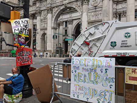 示威者在交通號誌燈柱掛上BLM、彩虹旗、「Defund Police」等標語。