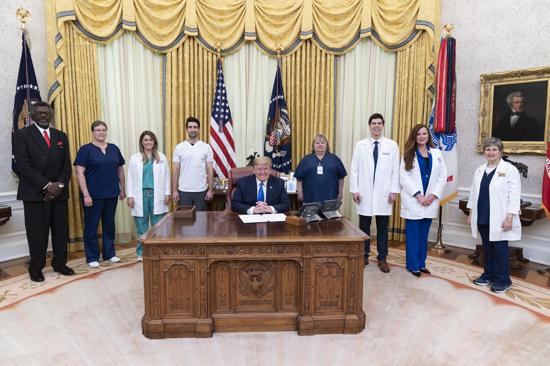 2020年5月6日,特朗普總統歡迎醫療保健和護理協會代表來到白宮。(Official White House Photo by Shealah Craighead)