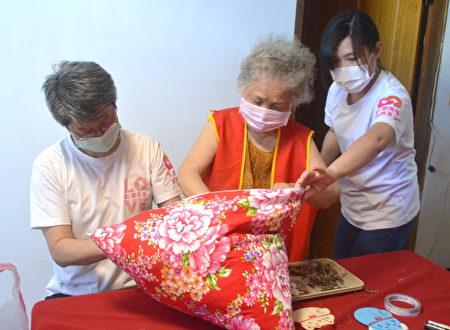 大家一一在香包上写下祝福话语,祈求奶奶平安健康呷百二,满满的祝福让奶奶乐开怀!