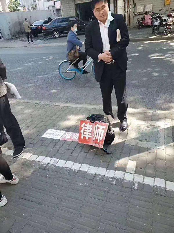 擺攤的律師。(網絡圖片)