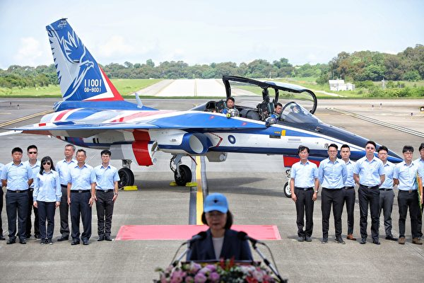 「國機國造」首架勇鷹新式高教機,22日上午在台中清泉崗機場正式首飛。(中華民國總統府提供)