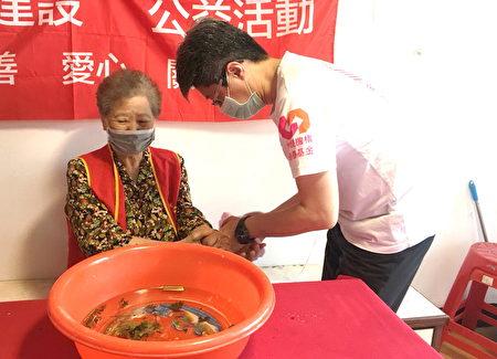 用艾草水幫奶奶洗手擦臉,象徵袪百病保健康。