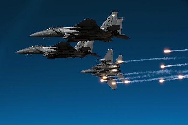 """美F-15E""""攻击鹰""""战机仍强大 可随时待命"""