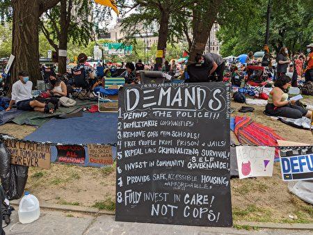 示威抗議者列出多項訴求:警局預算減資、撤離學校的警察、民眾免於坐牢、可負擔(免費)住房等。