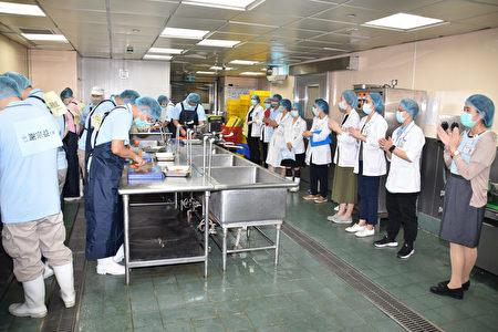 彰基处长陈富满(右一)与营养师们,暖心的为参赛厨师加油。