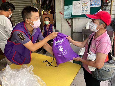 人安桃園站長陳志偉16日發放端午物資包給用餐寒士。
