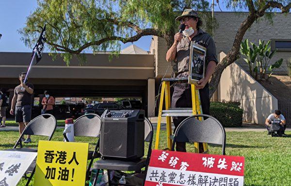 六四雕塑家陳維明參加「反送中」周年紀念活動。(徐繡惠/大紀元)