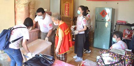 """华山基金会新润建设 担任""""一日义工""""到陈奶奶家中,大伙齐力帮奶奶的居家环境做简易消毒。"""