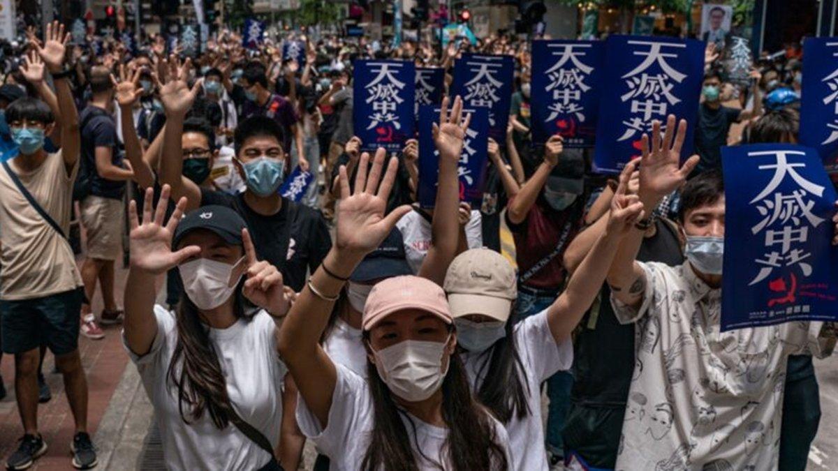 圖為2020年5月24日,香港民眾舉著「天滅中共」宣傳品,遊行抗議「港版國安法」。(Anthony Kwan/Getty Images)