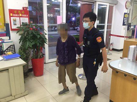 中坜警分局中福所警员将老妇带回照顾。