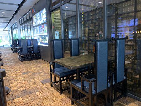 法拉盛中餐馆利用商业大楼内的空中走廊,提供堂吃。