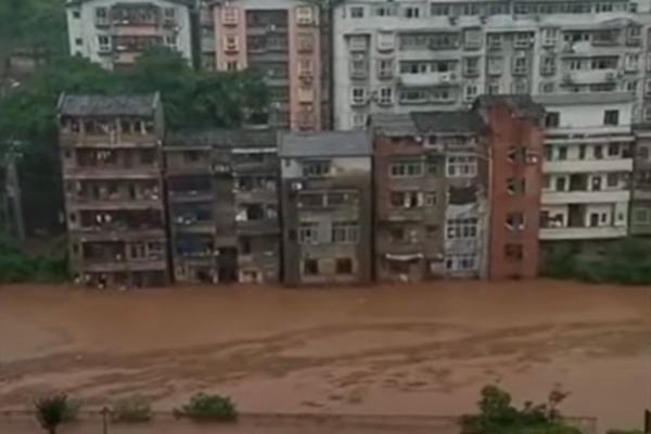 6月22日,重庆暴雨,官方称,预计在未来8小时内綦江流域将出现1940年来最大的洪水。(视频截图)