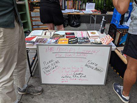 抗議示威現場的攤位提供一些社會主義相關的書籍,包括「美國反法西斯主義讀者」、「無政府主義者理論-超越危機」等。