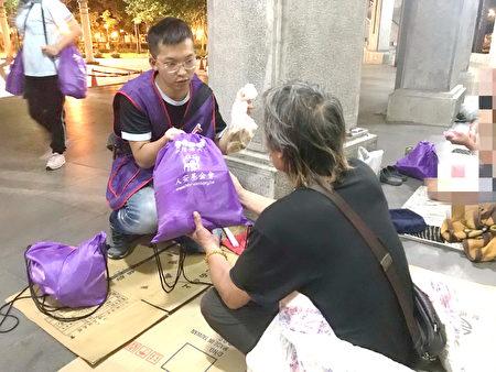 人安桃園站長陳志偉晚上至公園發放物資給街友。