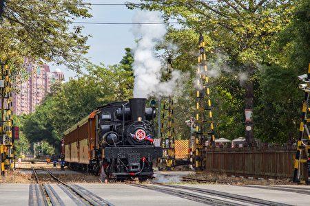 穿梭城市間的SL-25蒸汽火車。