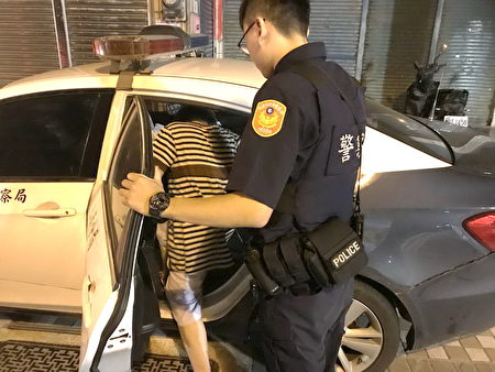 陈庭睿、曾昱凯两员警查询家属联系资料后,便以巡逻车将老妇平安送返回家中。