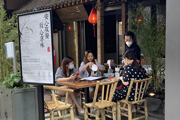 法拉盛中餐馆利用庭院、走廊  率先提供户外用餐
