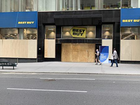 曼哈顿第五大道的Bestbuy被钉上木板防护。
