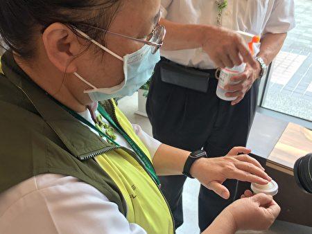 秀傳醫院護理人員現場操作。