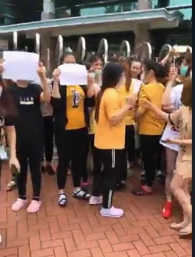 800越南移工罢工抗议,越南移工用越文表达心声。