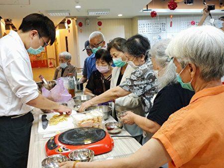 桃园医院附设桃乐居日间照顾中心手作龙舟甜品庆端午。