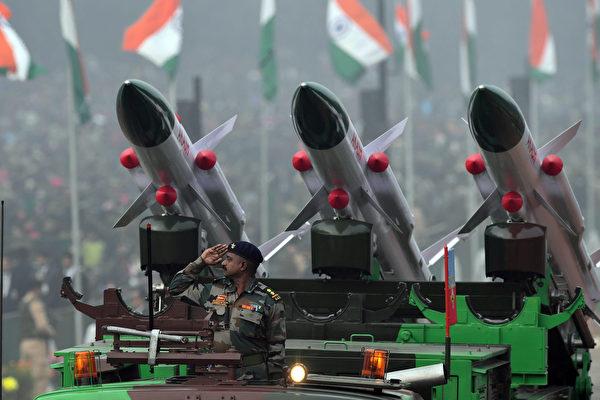 图为印军防空飞弹系统。(PRAKASH SINGH / AFP)