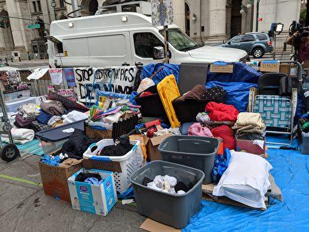 示威現場堆滿了各方捐贈的物資,包括枕頭、棉被等。