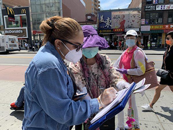 西人民眾在「全球退黨服務中心」發起的「解體共產惡魔」倡議書上簽字。(林丹/大紀元)