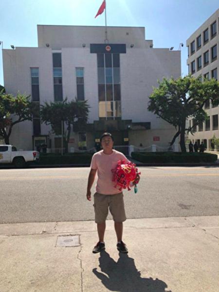 6月4日,「反共翻牆會」創辦人李鑫在中共駐洛杉磯總領事館外,準備就緒進行「送中共病毒回家」活動。(受訪人提供)