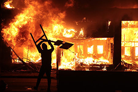 非裔男子喬治·弗洛伊德(George Floyd)之死引發暴動。圖為2020年5月29日示威者點燃一座建築。