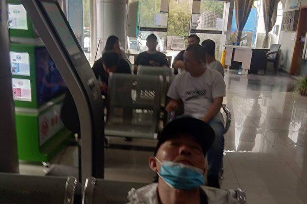 南京強拆戶滕宏福遭黑保安當街搶車暴打