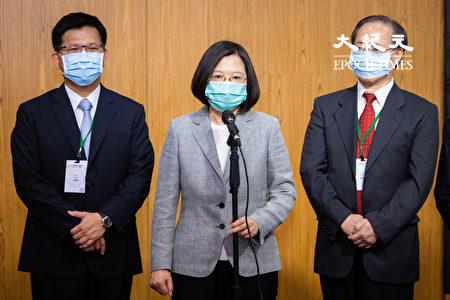 中共全國人大常委會30日表決通過「港版國安法」。對此,中華民國總統蔡英文(中)表達相當失望,更證明「一國兩制」不可行。