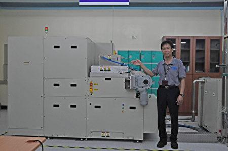 有夢最美,明新科大以「產業大學」為定位,擁有優質的實習場域,這臺「電漿增強式化學氣相沉積機台(PECVD)」,是由優貝克公司所捐贈,嘗試採用60MHz超高頻 (約為其他商用機臺13.56MHz的4倍)電漿源技術,應用於薄膜製程設備,若研發測試成功將可行銷回日本,將會是「明新之光」。