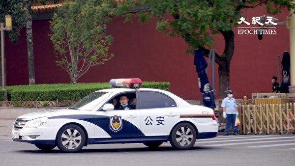 2020年6月22日,北京長安街天安門附近,看見了警車裏的警察。(大紀元)