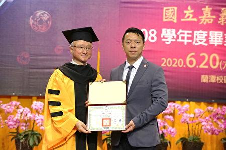 嘉大校長艾群 (左)頒發名譽博士學位證書予黃彰標先生,由其公子黃南雄總經理(右)代為受贈。