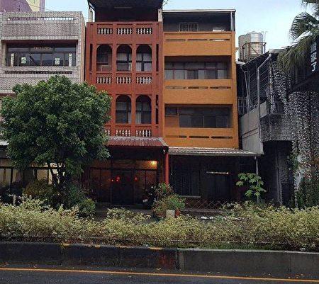 中間紅磚色的樓房是施雪紅就讀國中時為娘家所設計的