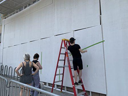 畫家創作壁畫。