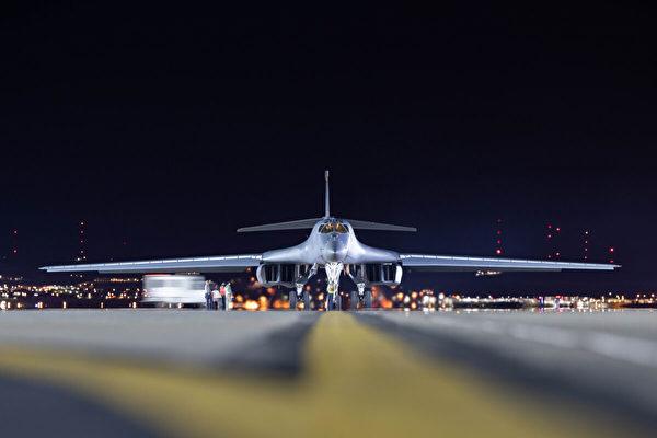 2020年4月30日,分配給第28轟炸聯隊的B-1B轟炸機在南達科他州埃爾斯沃思空軍基地滑行到停機坪。(U.S. Air Force photo by Tech. Sgt. Jette Carr)