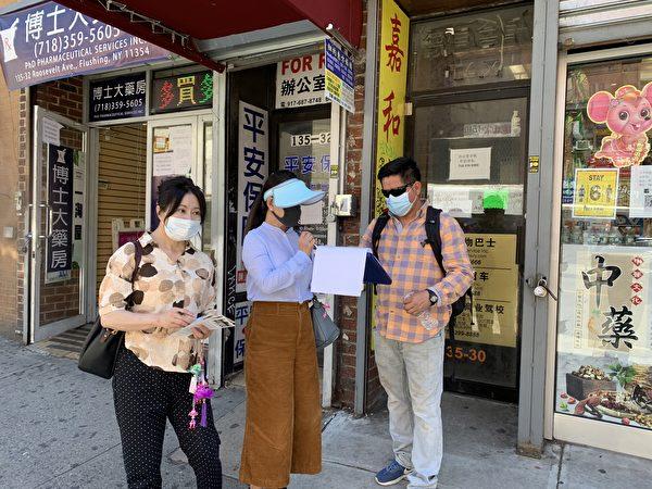 圖為一名西語裔在「拒絕中共」(Reject the CCP)的倡議書上簽字。(林丹/大紀元)
