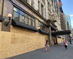 在第一晚的宵禁中损失惨重的梅西百货(Macy's)已用木板包裹。