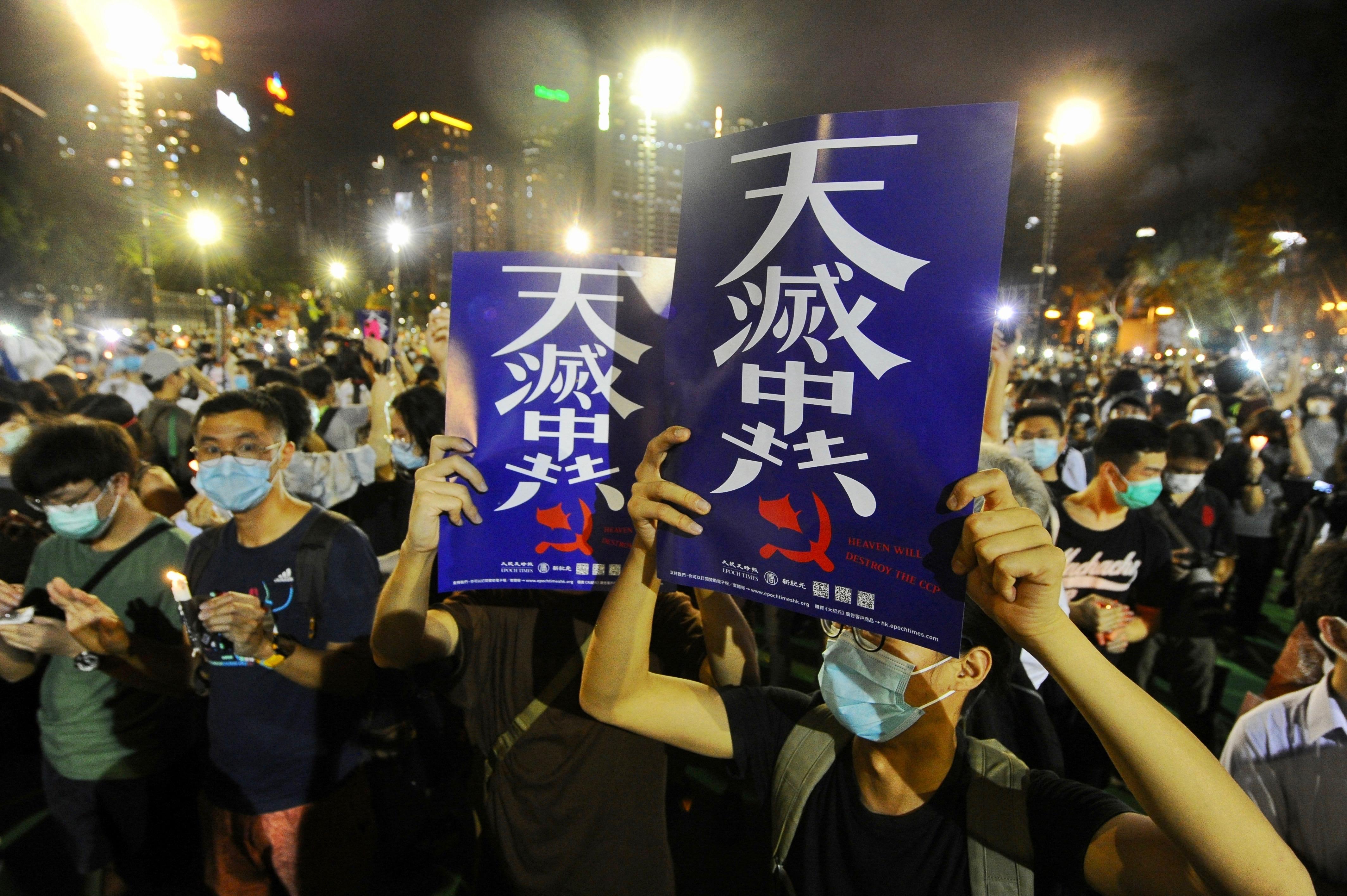 2020年6月4日夜香港市民高舉「天滅中共」的標語在維園集會。(宋碧龍/大紀元)