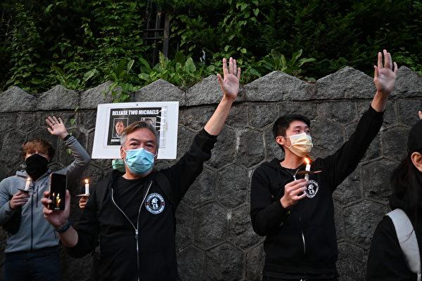 圖:溫支聯於6月4日晚在中領館前舉辦燭光集會,悼念六四屠殺31周年。(邱晨/大紀元)