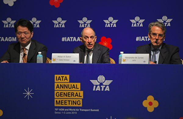 2019年6月2日,國際航空運輸協會(IATA)行政總裁亞歷山大・德朱尼亞克(Alexandre de Juniac,右)、卡塔爾航空公司行政總裁阿克巴爾・貝克(Akbar Al Baker,中)和大韓航空行政總裁趙源泰(左)在首爾舉行的年度大會開幕式之後的新聞發佈會上講話。(Photo by Jung Yeon-je/AFP)