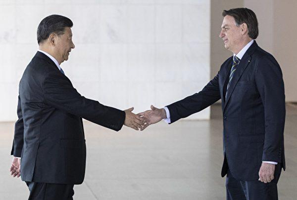 巴西總統Jair Bolsonaro(R) 和中國國家主席習近平在2019年11月14日的巴西金磚會議上。(PAVEL GOLOVKIN/POOL/AFP via Getty Images)