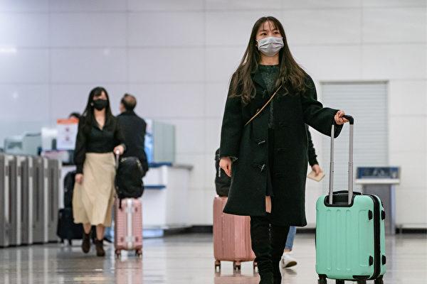 随着疫情趋缓,若要进行国际旅行,除了准备防护装备外,还要配合各国机场的检疫措施。 (Anthony Kwan/Getty Images)